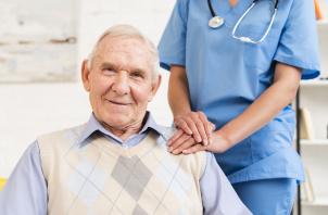 O que faz um cuidador de idosos