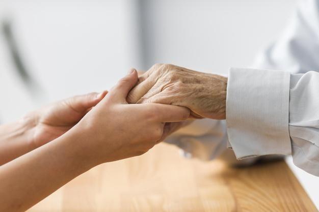 Quais as atenções especiais para prevenir a Covid 19 em idosos tratados em casa?