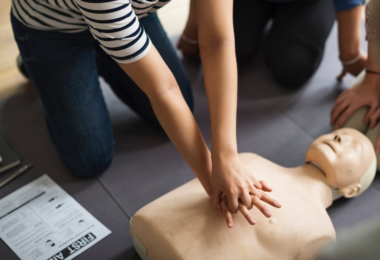 Como ajudar uma pessoa com mal súbito?