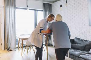 Como escolher cuidador de idosos: dicas fundamentais